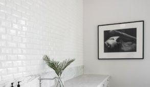 Klassisk kjøkken med hvite fliser og stukkatur