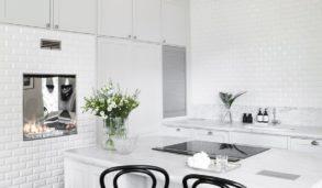 klassiske hvite fliser på hvitt kjøkken med stukkatur