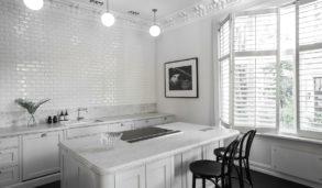 Hvite, blanke fliser lagt forbandt på vegg