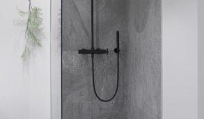 Flislagt dusj med malte vegger rundt.