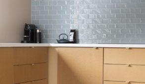 Inspirasjon til kjøkkenet, små fliser med forbandt leggemønster til kjøkkenveggen.