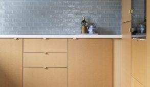 Blå fliser til kjøkkenveggen. Trefarget kjøkken.