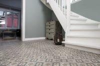 Mønstrede fliser til gangen med hvit trapp