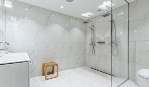 Dobbel dusj og hvite fliser fra Fagflis