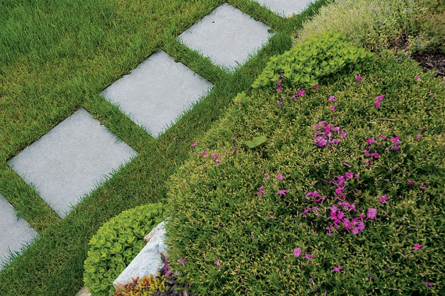 keramisk flis legges som heller i gresset