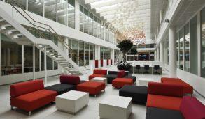 Hvite gulv og rød og svart sofa lounge område