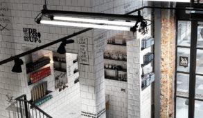 Interiørinspo fra frisørsalong med mønsterfliser på gulvet