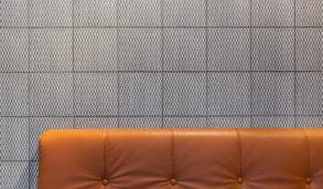 Spennende design på flisene fra Mutina, mønsterfliser og skinnsofa