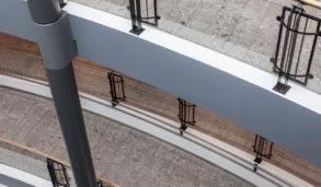 Gulv i flere etasjer med samme fliser med sjatteringer