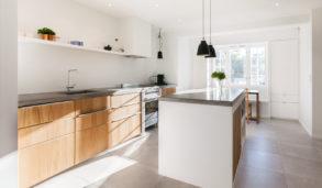 Kjøkkeninspo designkjøkken med store gulvfliser og trefronter