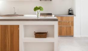 Sementfliser på kjøkkengulvet i størrelse 60x60