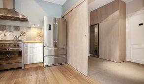 Mønsterfliser på kjøkkenvegg og storformat fliser i inngangsparti