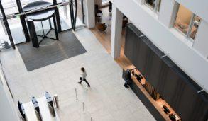 Store fliser i store rom, lyse gulv i kontorbygg