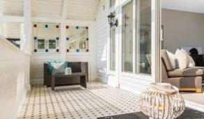 Balkong i klassisk villa med utefliser på gulvet