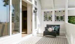 Balkong med utefliser i klassisk mønster. Frostsikre fliser.