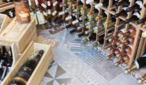 Mønsterfliser fra Mutina og mange flaske vin