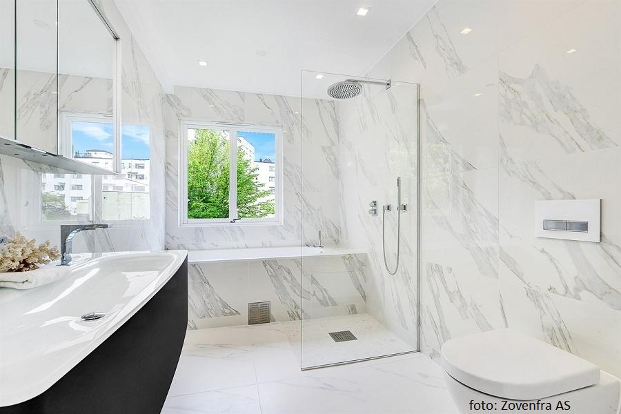 Baderom med hvite marmorfliser på hele badet