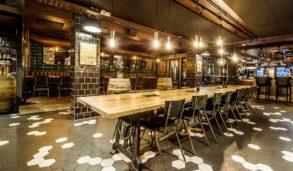 Hexagon gulvfliser og grønne veggfliser ved Hundholmen bar