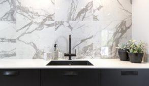 Storformat fliser inspirert av marmor på vegg over kjøkkenbenk
