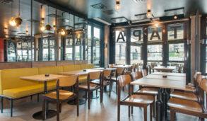 Store gulvfliser med enkelt vedlikehold i restaurant.