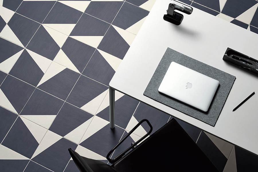 Grafisk mønster på flislagt gulv