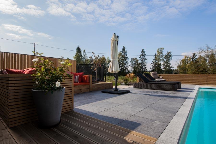 Frostsikre grå fliser på terrasse