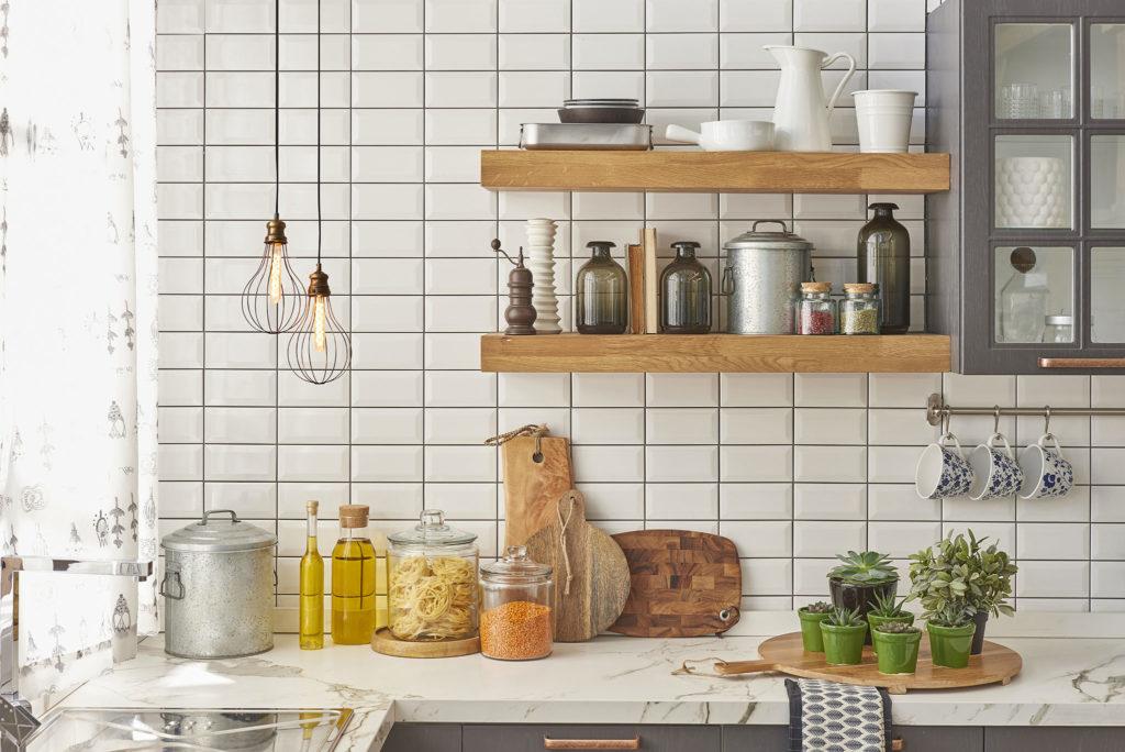Klassisk hvit veggflis til kjøkken