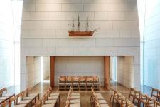 Østre Porsgrunn kirke med stoler og hvite vegger