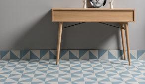 Gulvfliser med mønster i grått og blått med eik sidebord