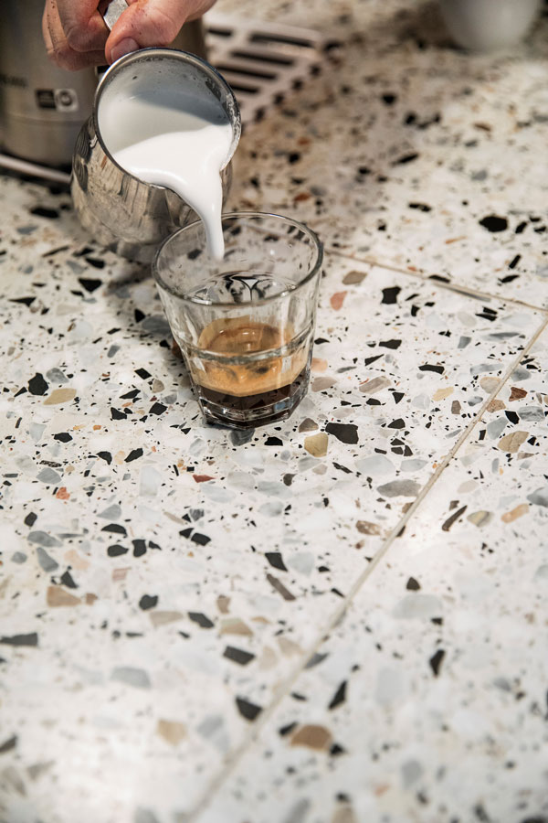 Terrazzo på kjøkkenbenk i cafè