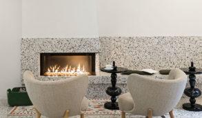 Gulv og vegg rundt peis med terrazzo fliser