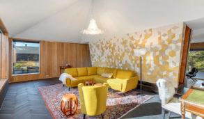 Stue i hytte med flislagt gulv og fondvegg