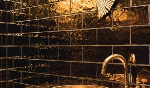 Gull metallic veggfliser på toalett