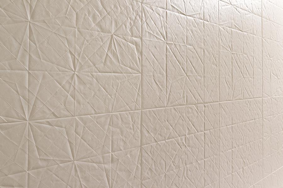 Keramisk flis med mønster av brettet papir