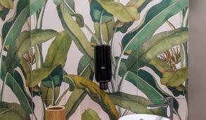 Flislagt vegg med tropiske fliser i grønntoner