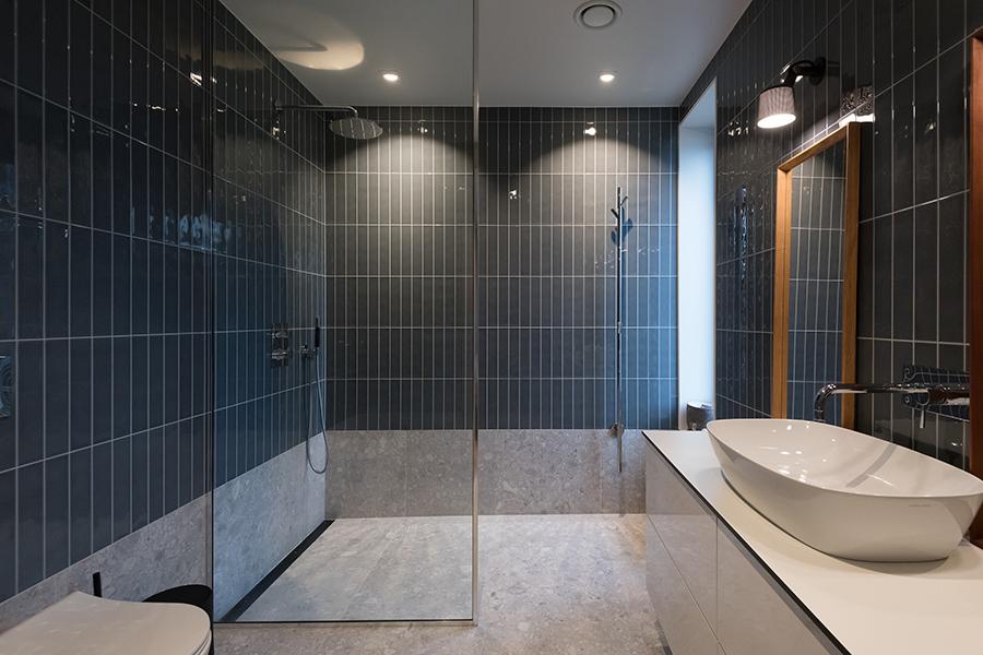 Elegant bad med stående grønne veggfliser