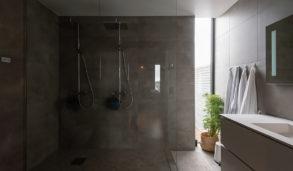 Grå baderomsfliser i stort format til gulv og vegg