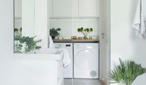 Minimalistisk bad med hvitmalte vegger og grå spettete gulvfliser