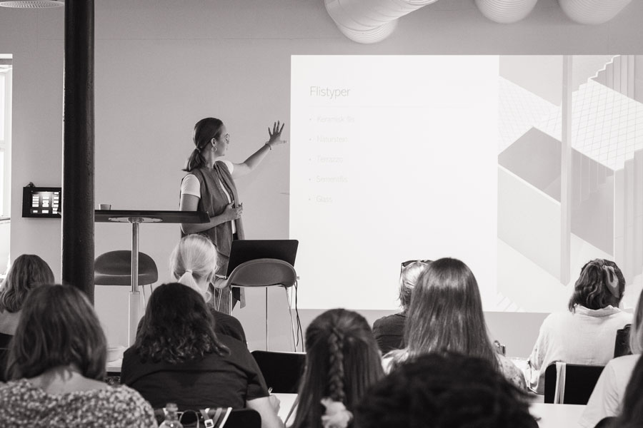 bilde av foredrag om fliser i arkitektshowroom