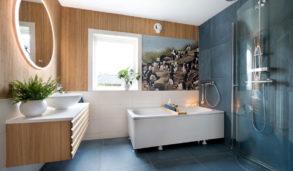 Baderom i Bodø med blå gulvfliser og fondvegg