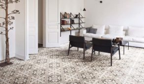 Stue med historiske mønsterfliser på gulvet