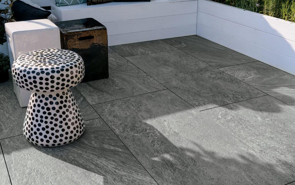 Grå fliser inspirert av naturstein til terrasse