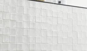 Hvit veggflis i 3D mosaikk med lyse detaljer