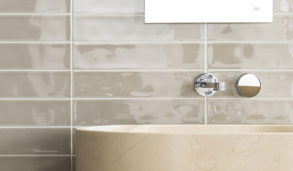 Klassisk veggflis i beige nyanser til badet