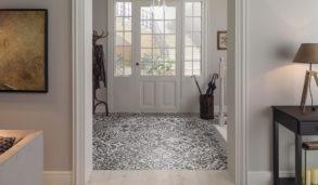 Mønstret gulv i inngangspartiet med Porcelanosa Barclenoa