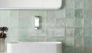 Dus grønn veggflis til bad og hvit servant
