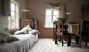 Rustikt interiør med terrazzofliser på gulvet