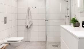 Minimalistisk bad på Råholt med grå og hvite fliser