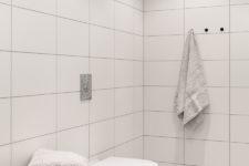Rent bad på Råholt med hvite veggfliser og grå gulvfliser