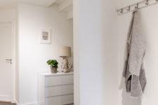 Minimalistisk interiør og mørke grå gulvfliser
